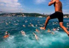 В Стамбуле спортсмены в 30-й раз плавали через Босфорский залив