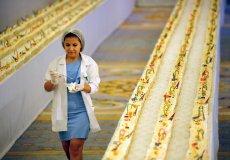 В Анталии испекли самый длинный кекс в мире
