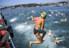 В ежегодном стамбульском заплыве через Босфор победили россияне