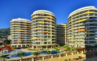 Просторные апартаменты в центре Алании с современным дизайном и панорамным видом на море и горы.