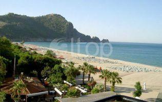 Отель на продажу в Алании на берегу моря, с выходом на песчаный пляж Клеопатра
