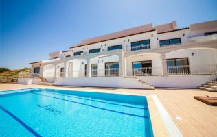 Квартиры в хорошем комплексе на первой линии моря, Кирения, Северный Кипр.