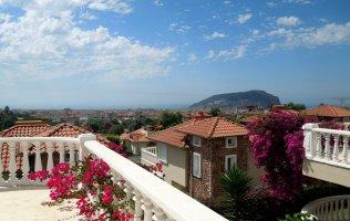 Вилла в Алании с потрясающим видом на море и историческую крепость