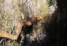 По деревянному мосту до водопада: уникальная прогулка для туристов
