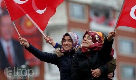 Жители Турции помогают друг другу